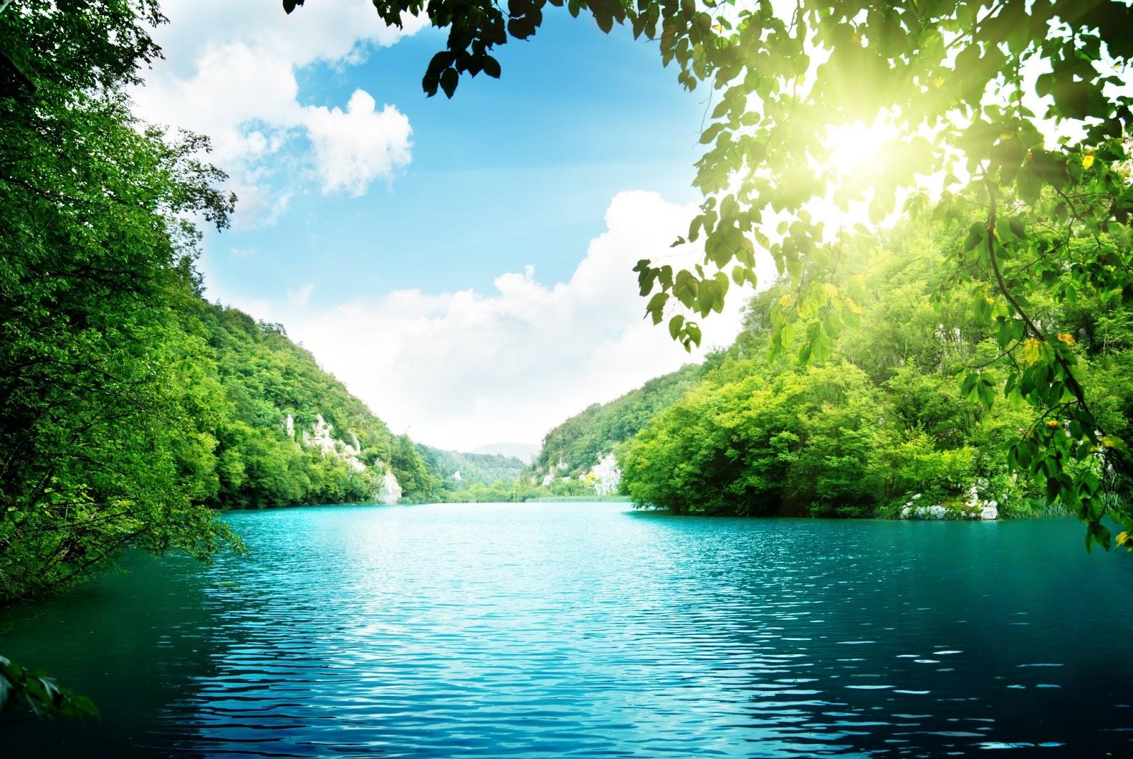 Isla-de-agua-turquesa-iluminada-por-los-rayos-del-sol-